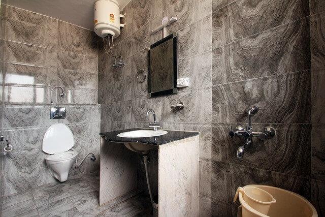 clean-bathroom-ryd